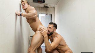 Deux beaux mecs dans une baise gay gourmande