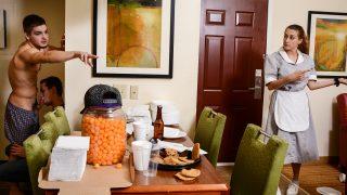 Johnny se fait pomper à l'hotel alors que la femme de ménage est juste à coté